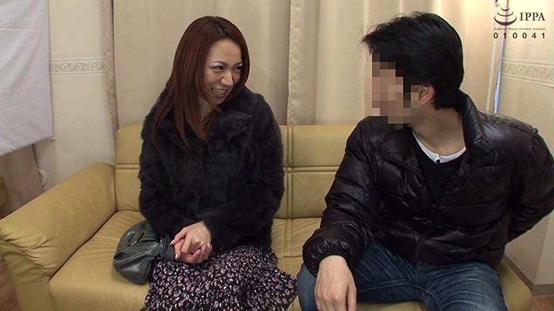 夫婦分断ドキュメント 旦那の居る傍で騙され寝取られる若妻NTR投稿映像Screenshot