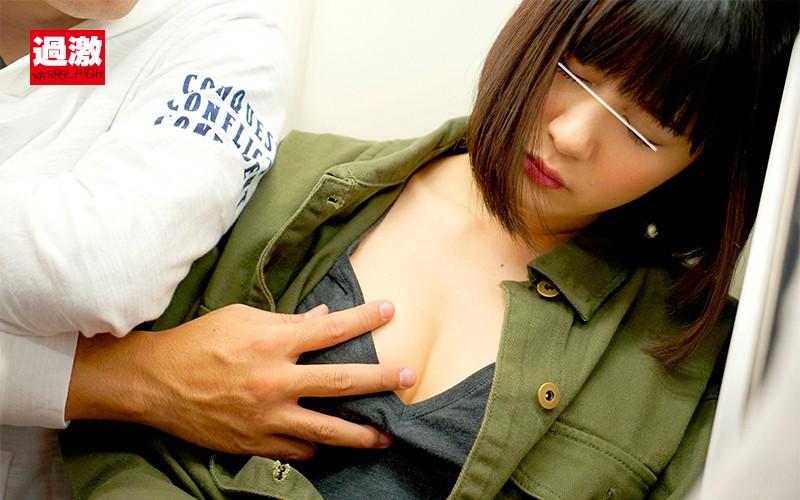 痴漢師に服の中で乳首をイジられ敏感すぎて抵抗できない美乳女2Screenshot